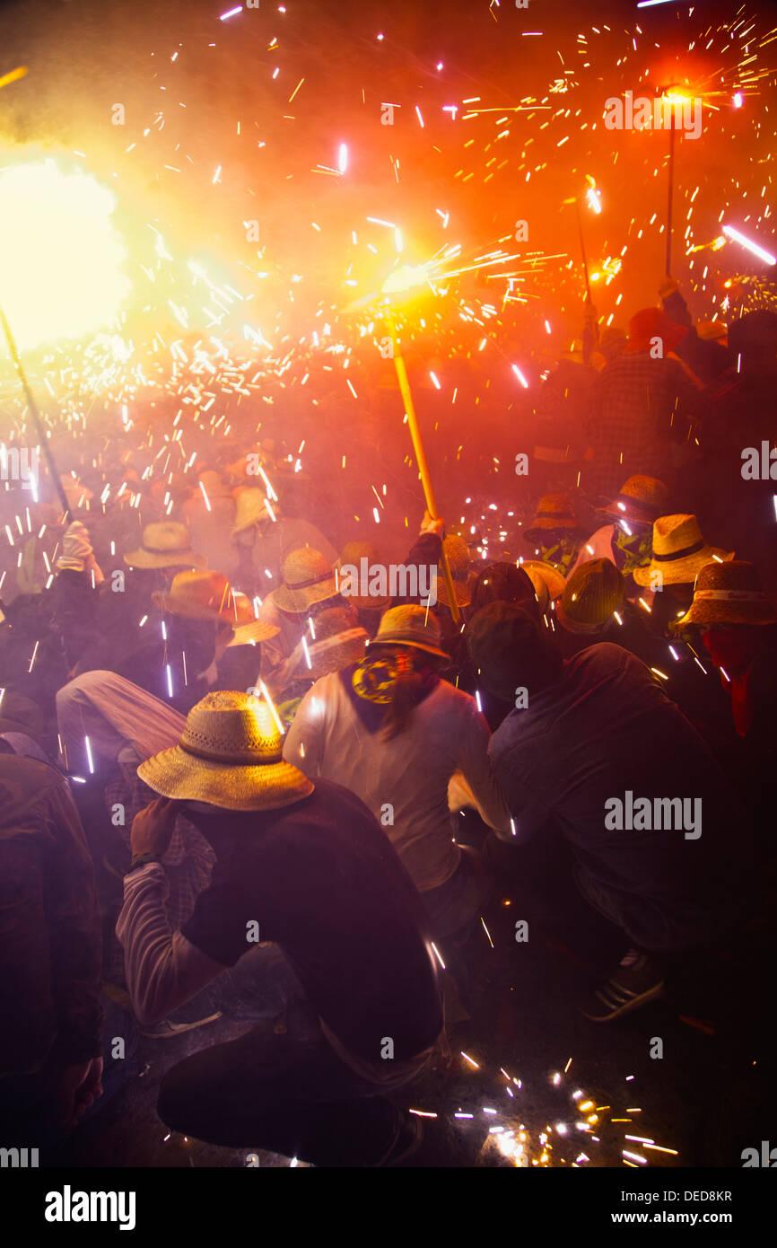 ´Correfoc´ katalanische Volksfest 16. August wo Menschen verkleidet als Teufel Feuerwerk, beim Tanzen auf der Straße anzünden, Stockbild