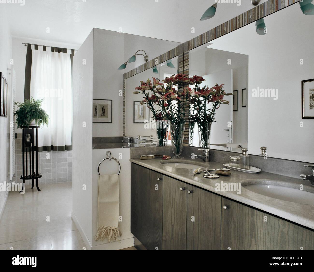 modernes Badezimmer mit Marmor und Vase mit Blumen Stockfoto, Bild ...