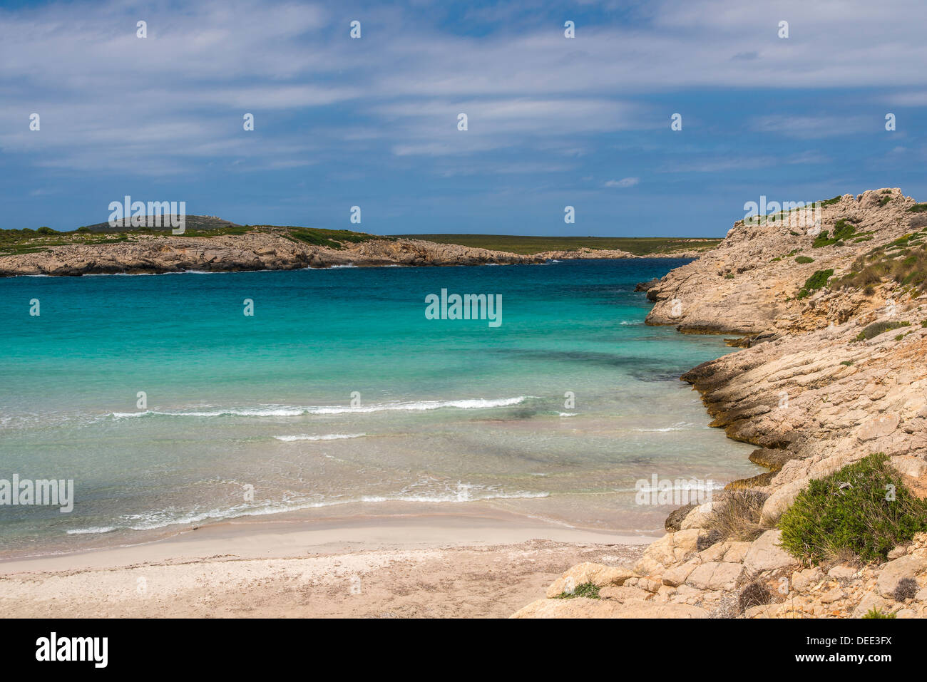 Türkisfarbene Meer am Strand von Son Saura, Menorca oder Menorca, Balearen, Spanien Stockbild