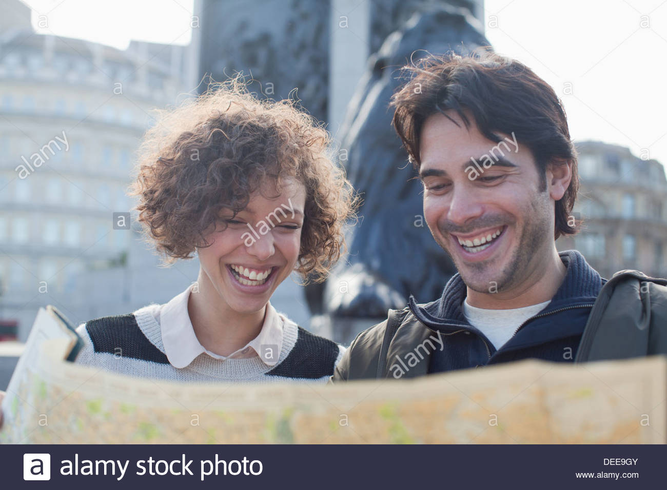 Brautpaar mit Karte unten Denkmal Stockbild