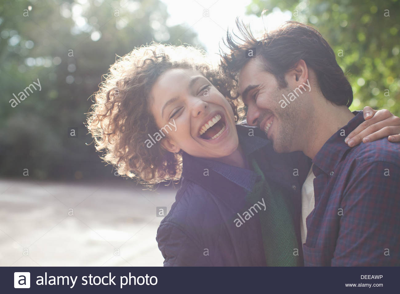 Lachen, paar umarmt hautnah Stockbild