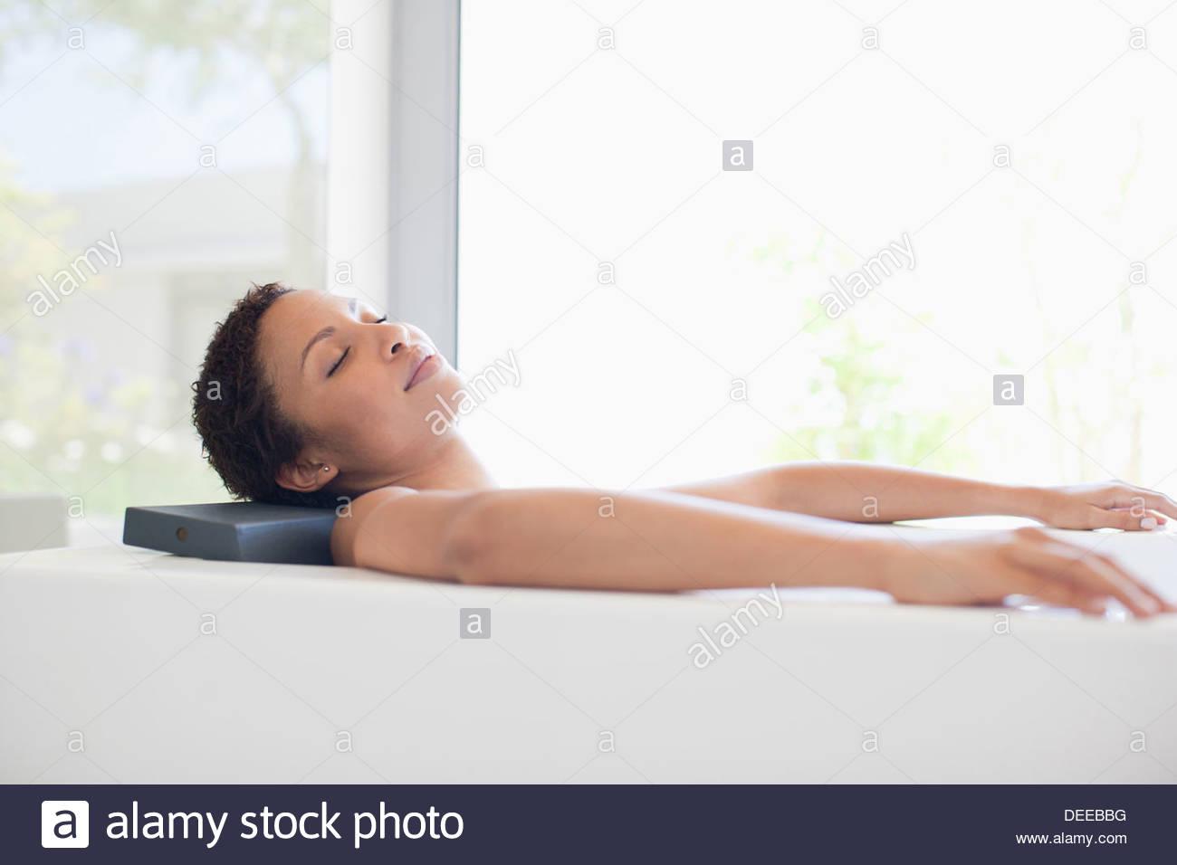 Frau in der Badewanne entspannen Stockbild