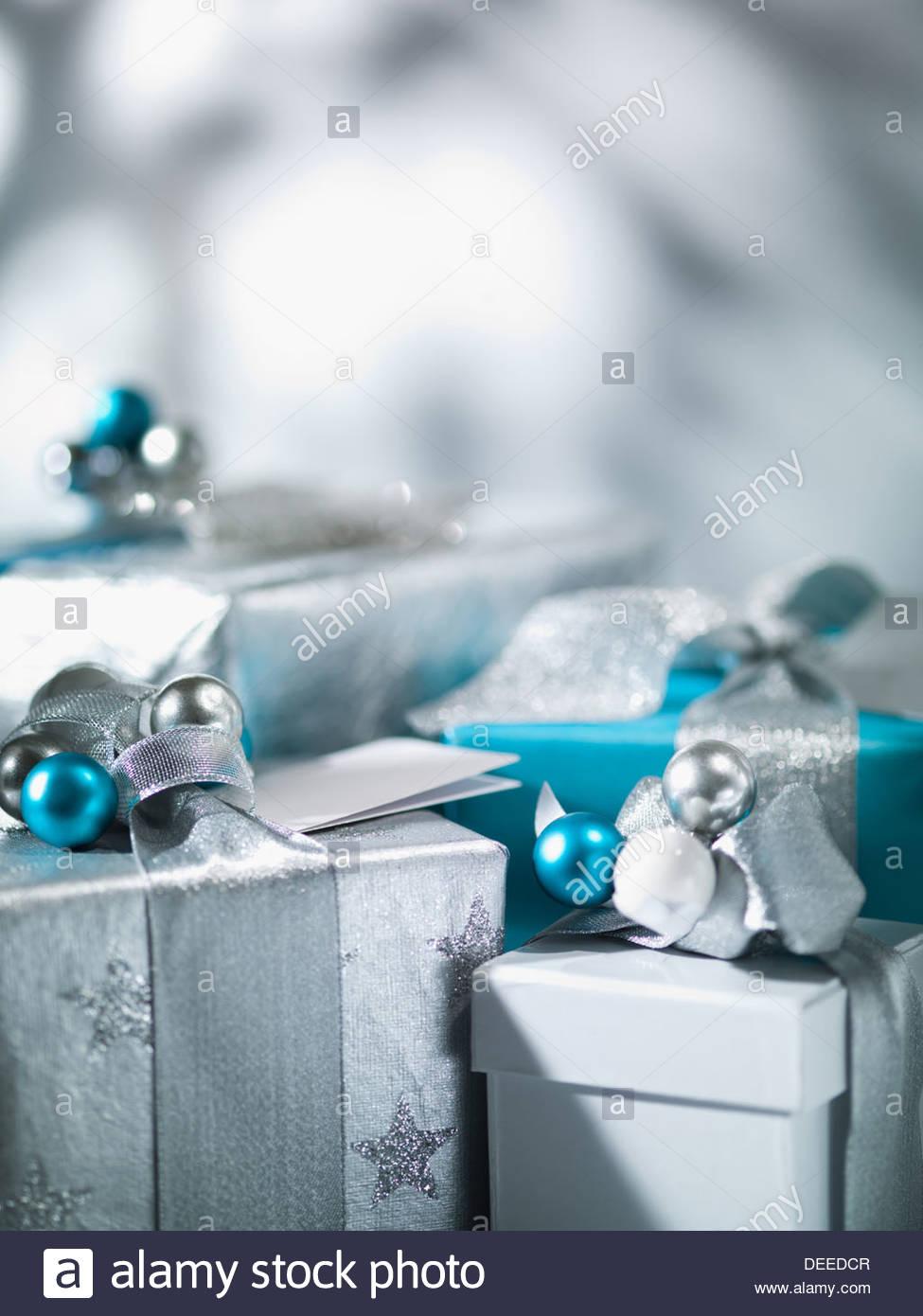 Weihnachtsgeschenke mit Silberband Stockbild