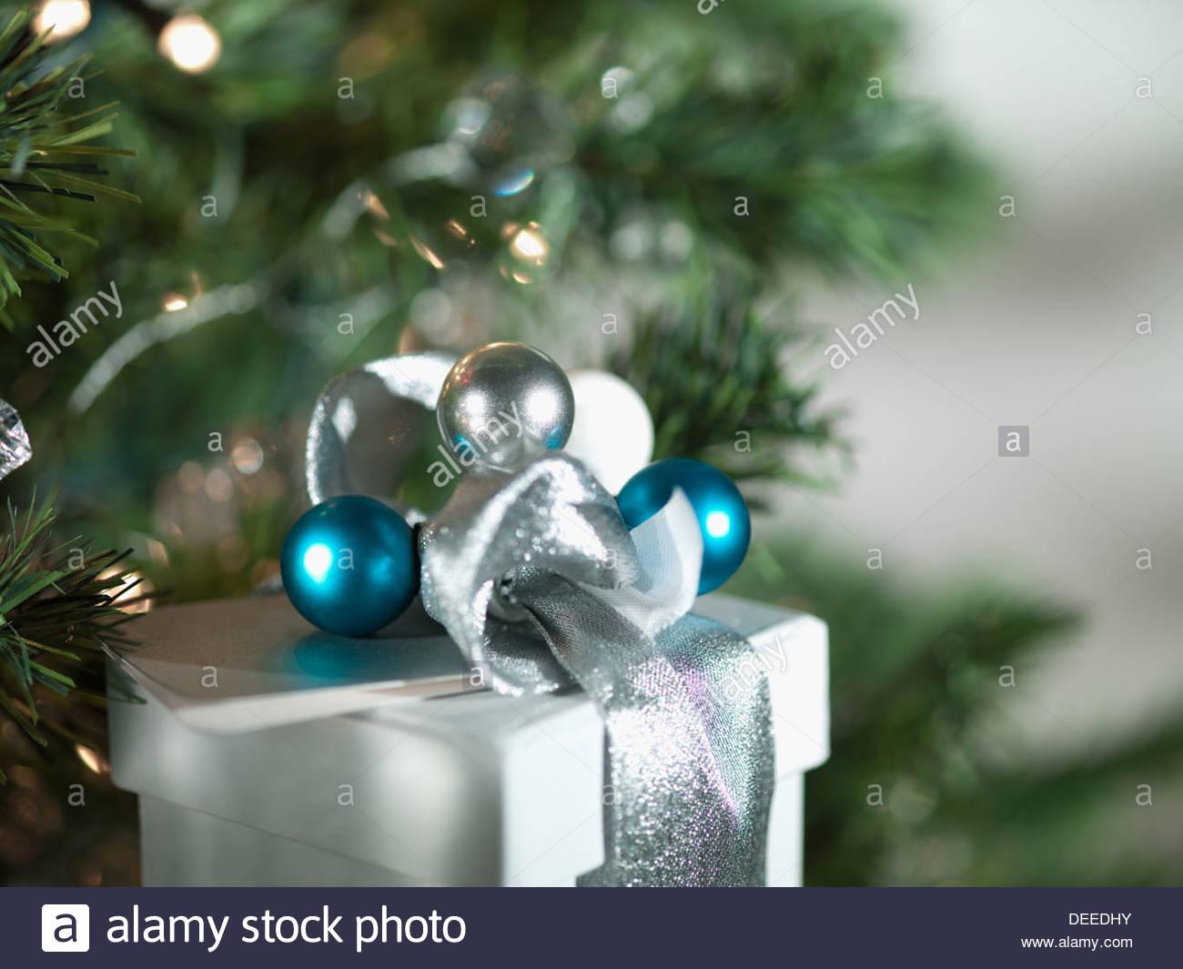 Weihnachtsgeschenke mit Silberband und Verpackung Stockbild