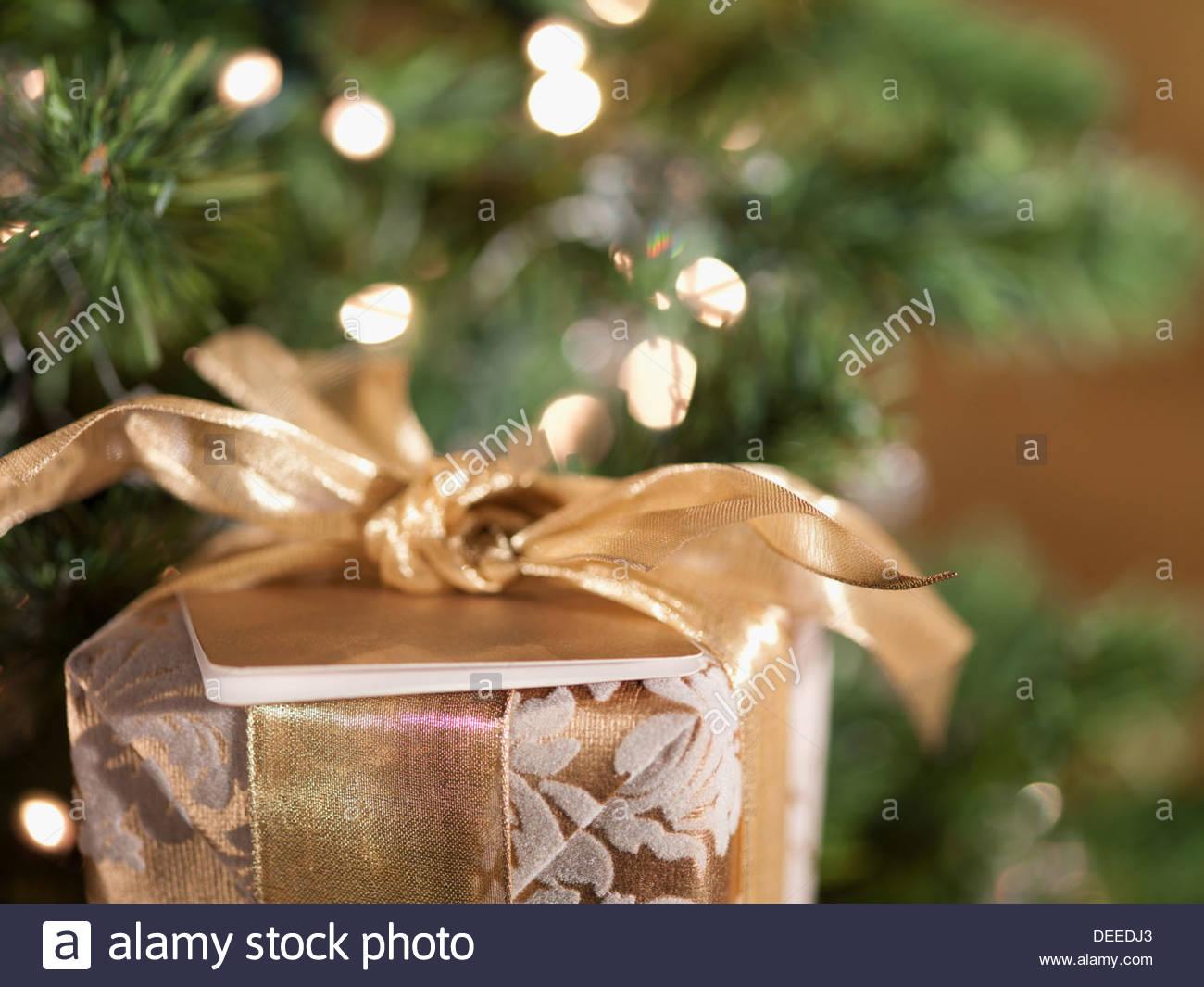 Weihnachts-Geschenk in der Nähe von Baum Stockbild