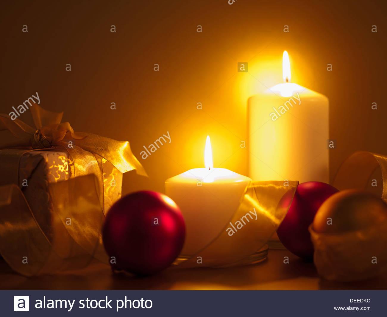 Weihnachten, Geschenke, Schmuck und Kerzen Stockbild