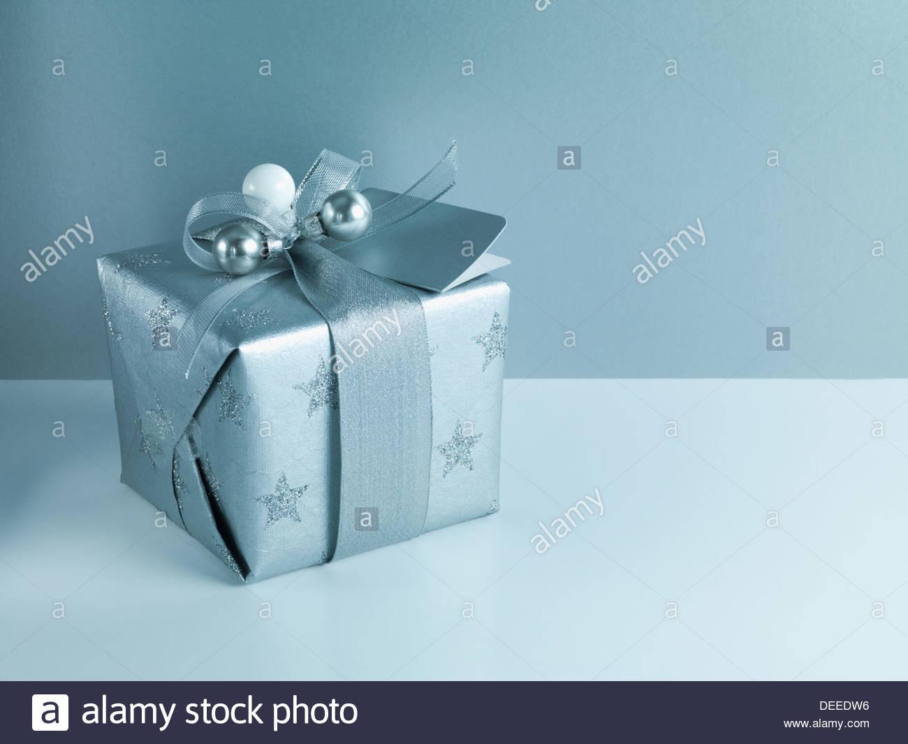 Weihnachtsgeschenk mit Silberband und Verpackung Stockbild