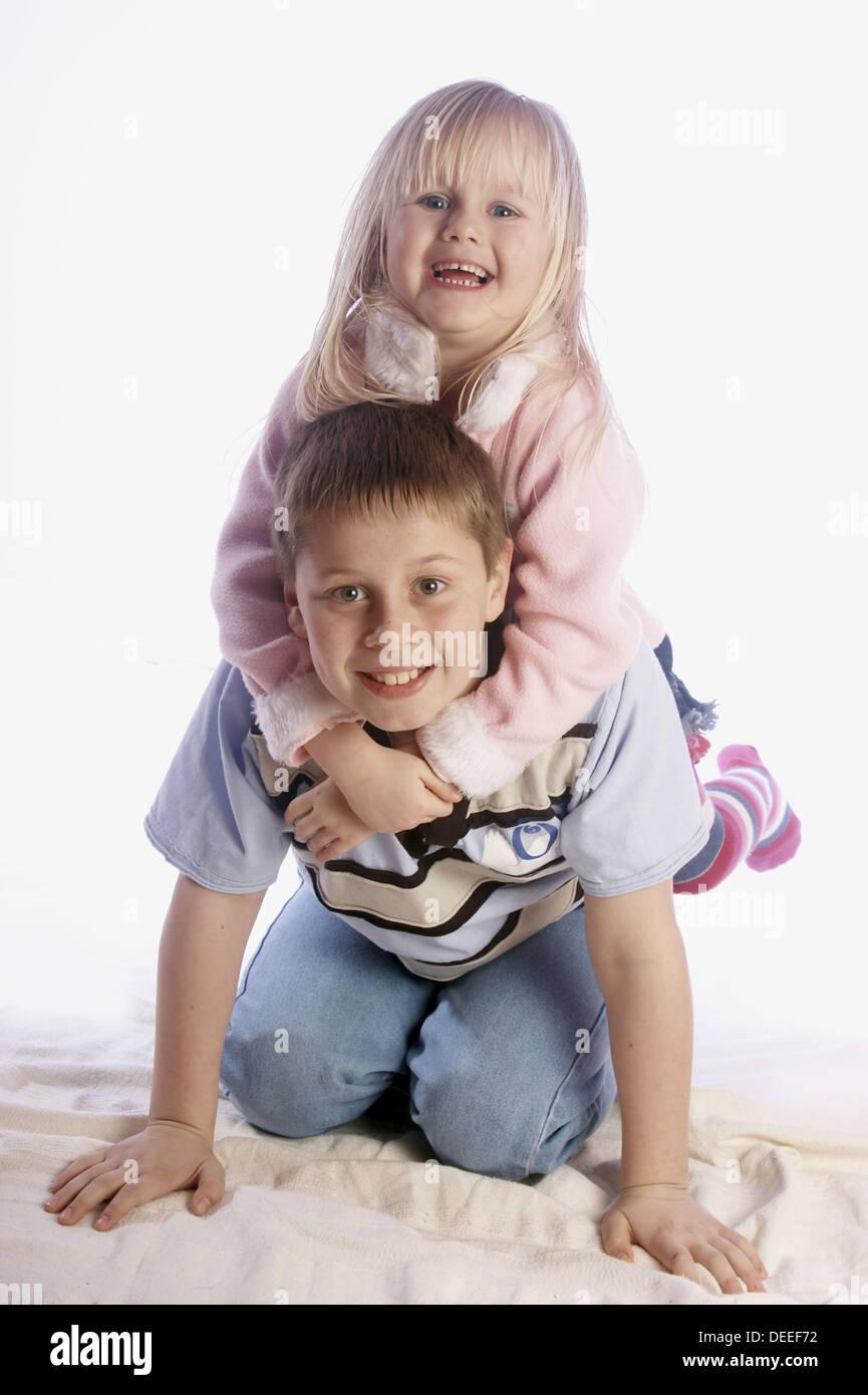 7 Jahre alten Sohn mit seiner vierjährigen Schwester sitzt auf ...