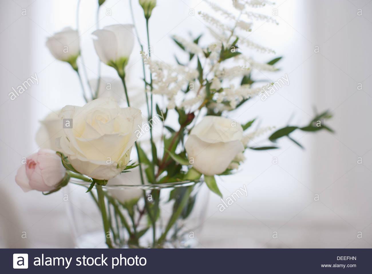Nahaufnahme von Blumen in Vase auf Tisch Stockbild