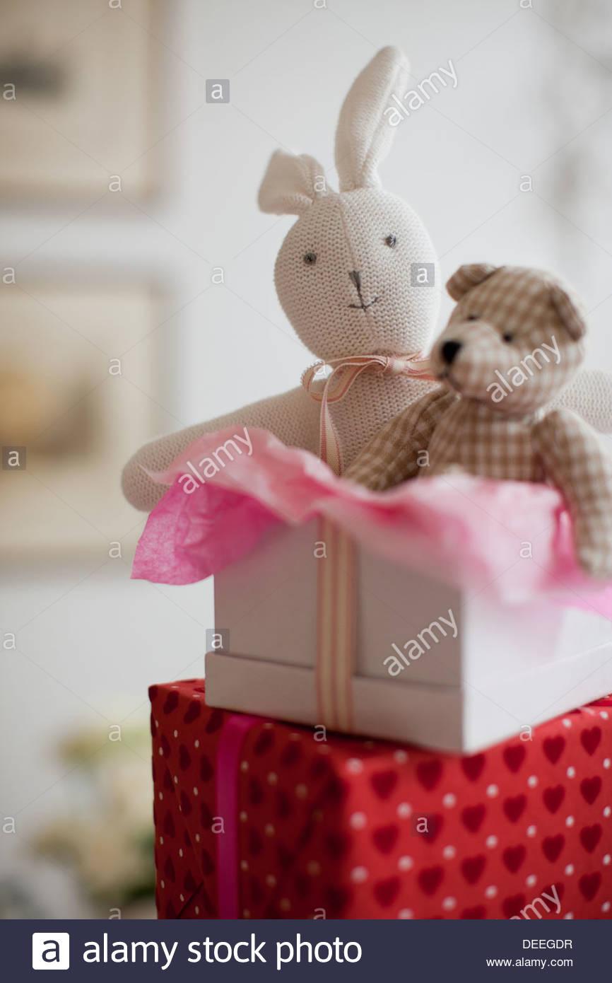 Stofftiere in Geschenkbox Stockbild