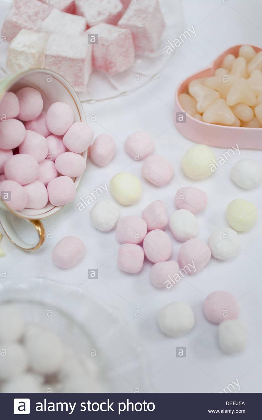 Auswahl an Süßigkeiten in Gerichten am Tisch Stockbild