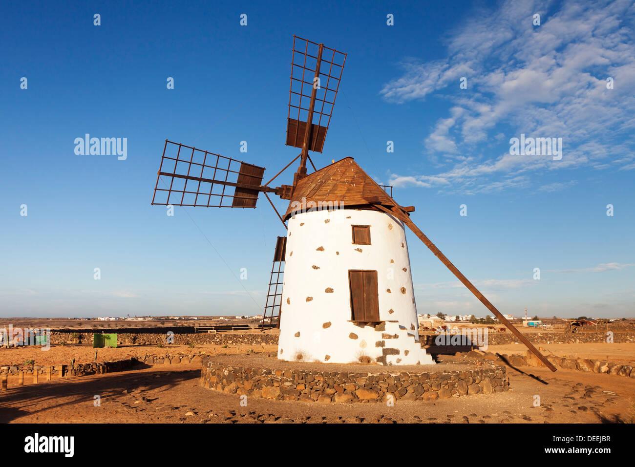 Windmühle in der Nähe von El Cotillo, Fuerteventura, Kanarische Inseln, Spanien, Atlantik, Europa Stockbild