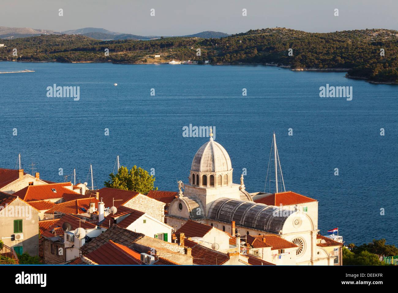 Blick auf die Altstadt und die Kathedrale von St. Jacob (Cathedral of St. James), UNESCO, Sibenik, Knin Region, Dalamtia, Kroatien Stockbild