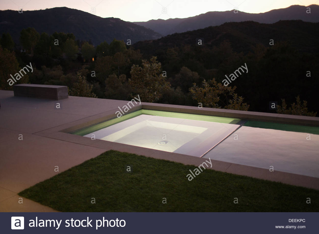 Schwimmbad und fernen Hügel Stockbild