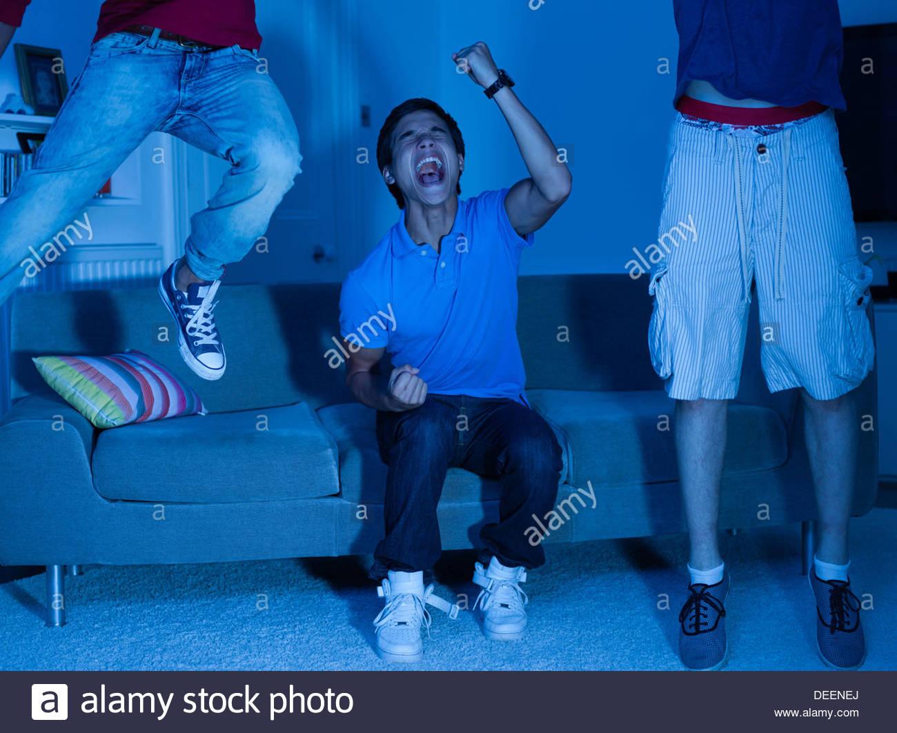 Schreien im Teenageralter vor dem Fernseher Stockbild