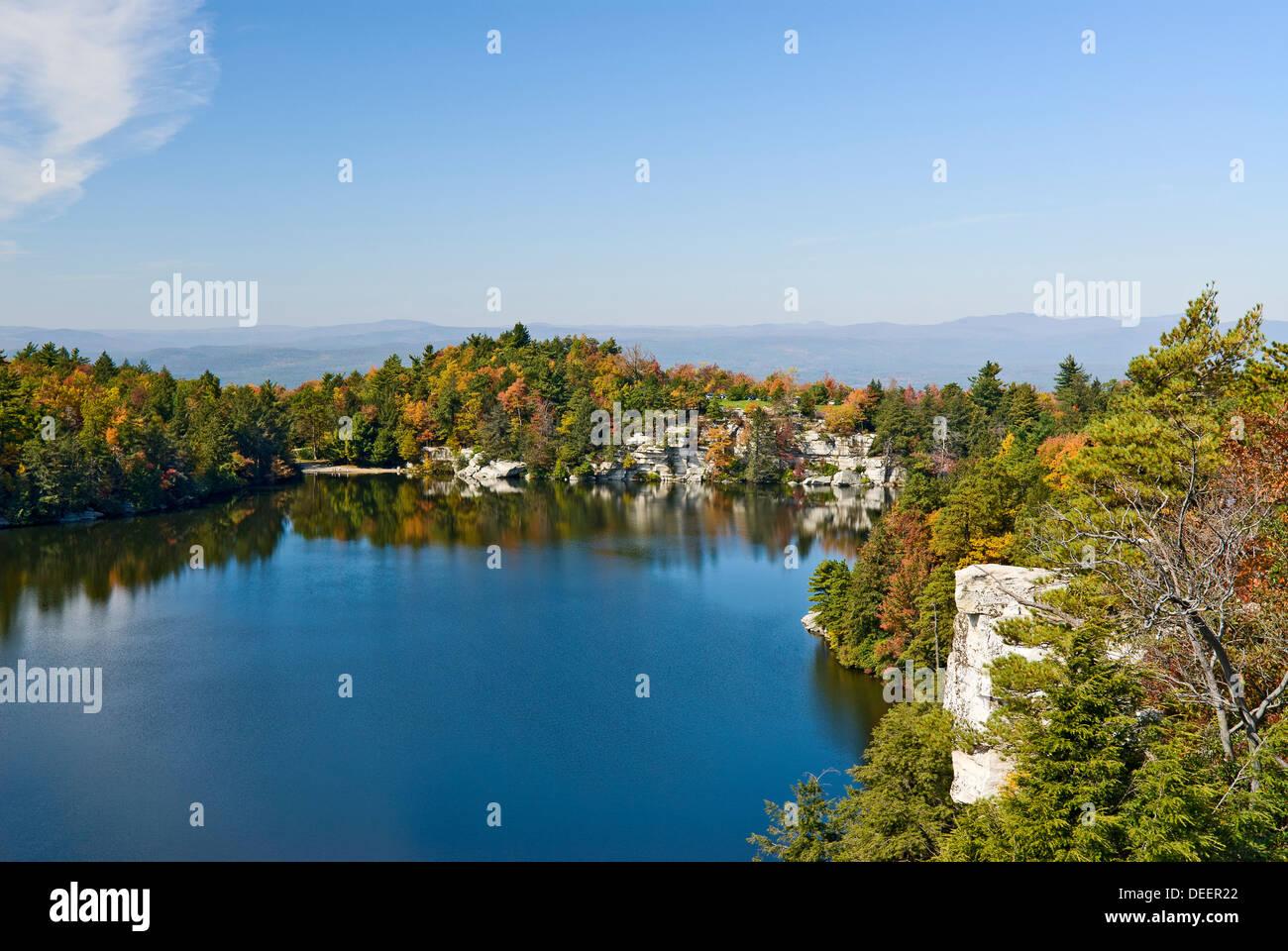 Herbstfarben am Lake Minnewaska am Minnewaska State Park Preserve, Ulster County, Bundesstaat New York. Stockbild