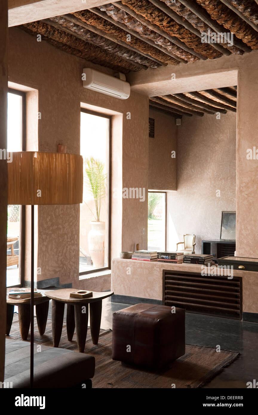 sitzecke mit lampe und seite tische marokkanische neubau mit
