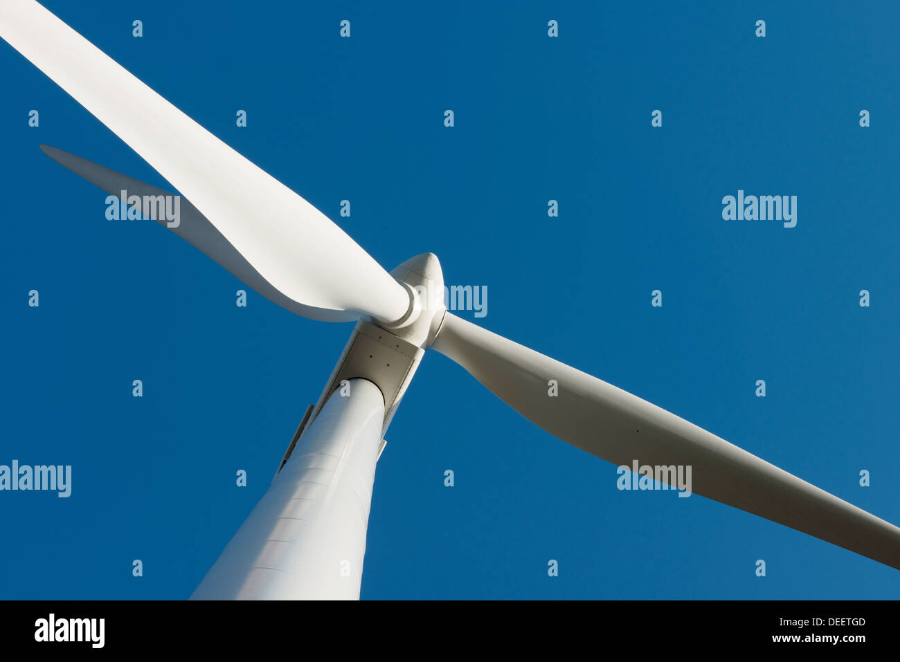 Eine Nahaufnahme von einer Windkraftanlage gegen einen wunderschönen blauen Himmel Stockbild