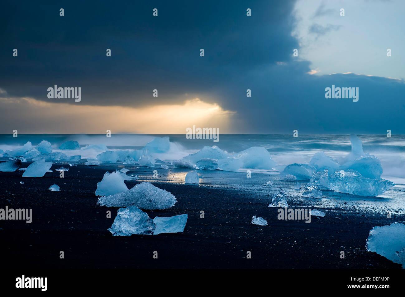 Eisberge am Strand, Jökulsárlón, Island, Polarregionen Stockfoto