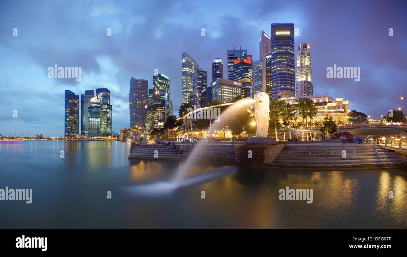 Der Merlion Statue mit der Skyline der Stadt im Hintergrund, Marina Bay, Singapur, Südostasien, Asien Stockfoto