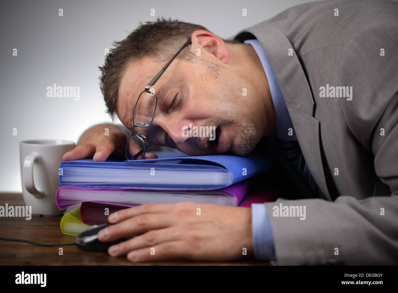 Schlafen am Arbeitsplatz Stockbild