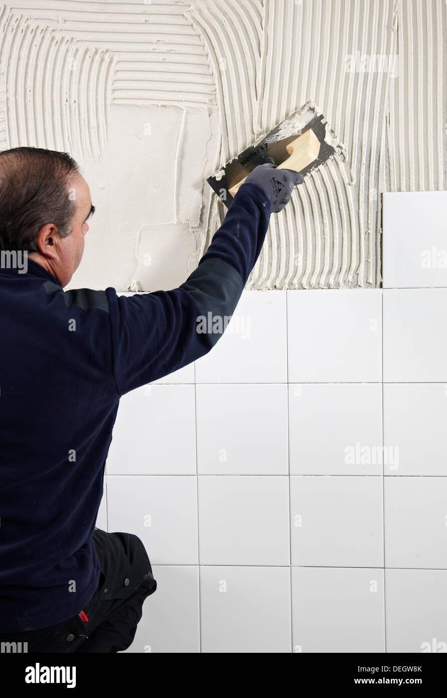 Wand Mit Kleber Mörtel Vorbereiten Bevor Fliesen Mit Einer - Wand zum fliesen vorbereiten