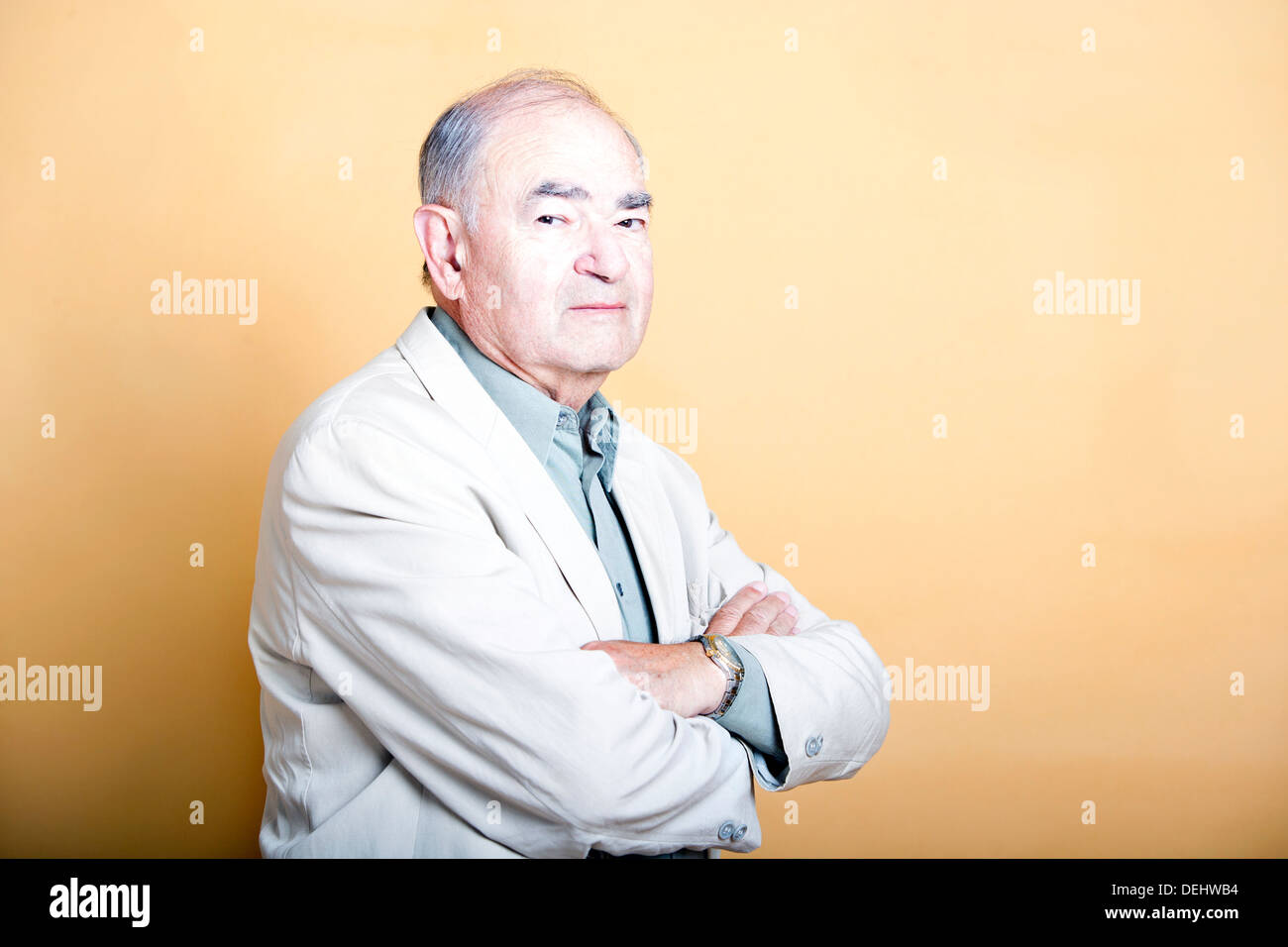 Älteren Erwachsenen Mann seine Arme Stockbild