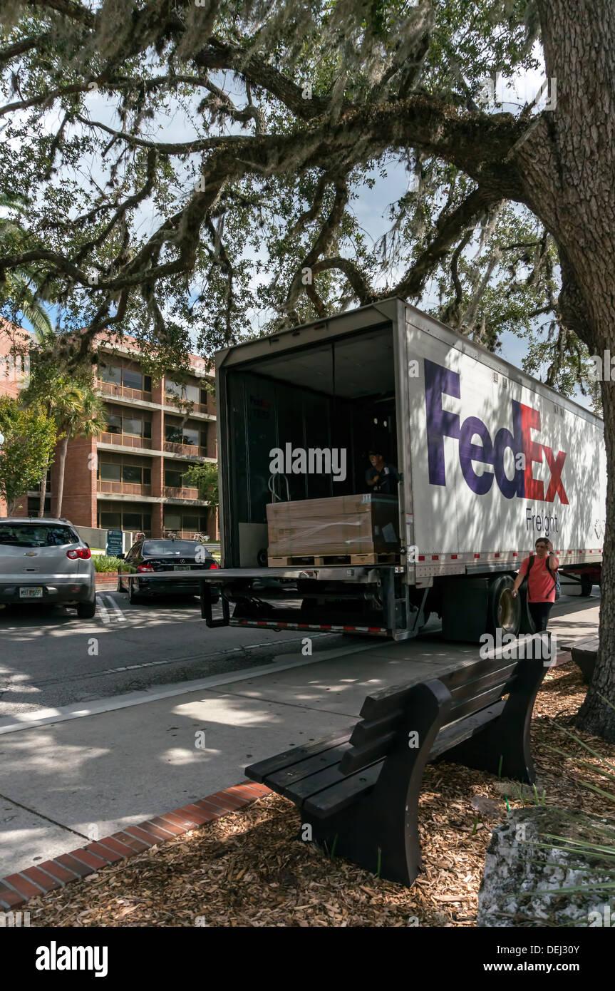 FedEx Freight halb Traktor Anhänger Lieferwagen mit hydraulischen ...