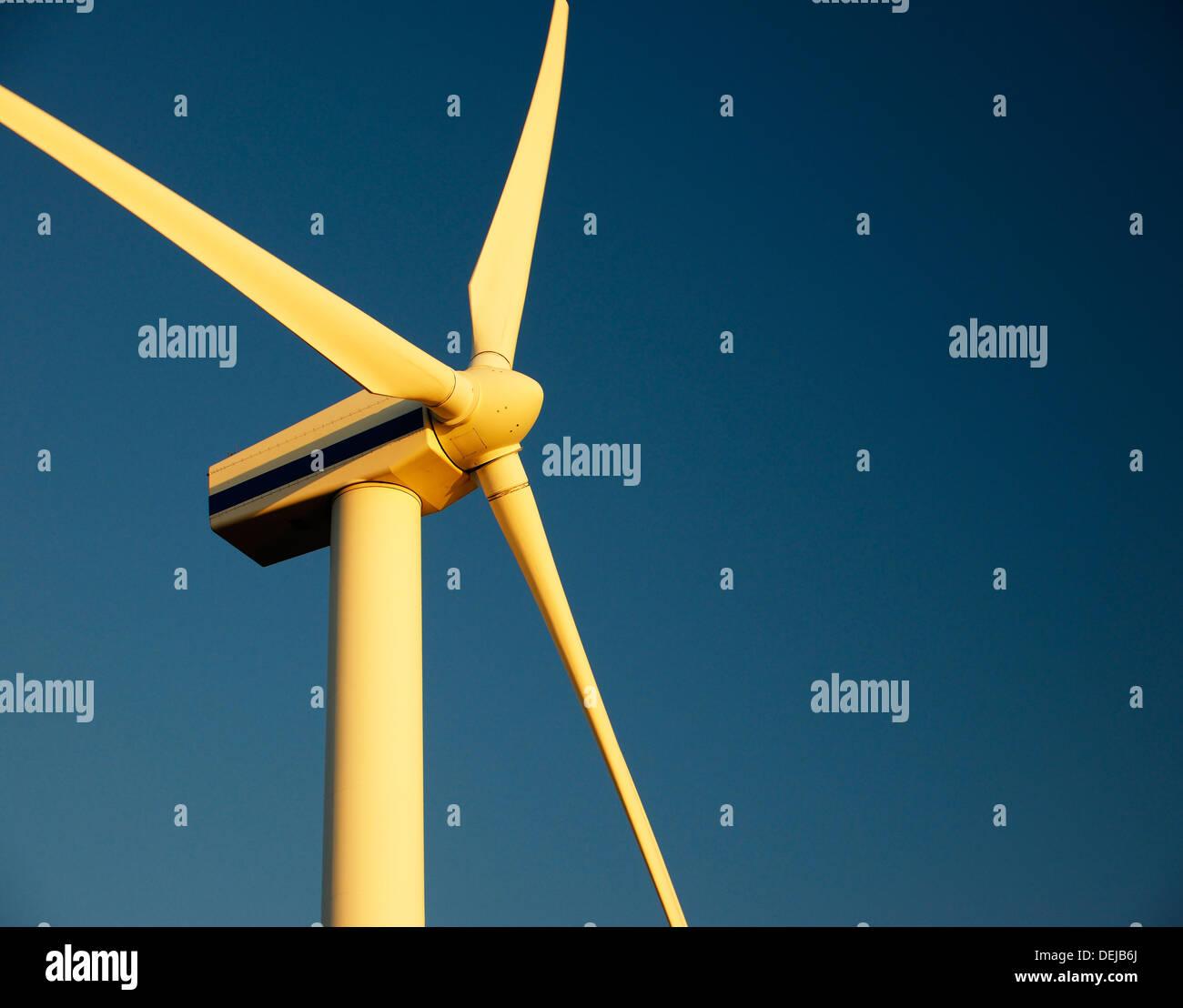 Wind-Turbine-Rotoren mit blauem Himmel Stromerzeugung am Windpark in Workington, Cumbria, England, UK. Warmen Abendlicht Stockbild