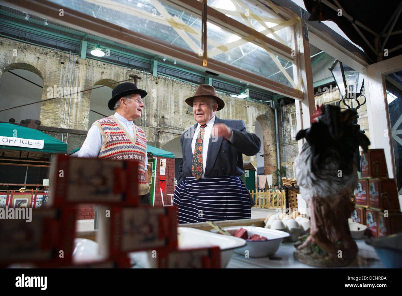 Chatham, UK. 21. September 2013. Gruß an die 40 - Großbritanniens 1940er Heimatfront Veranstaltung im Historic Dockyard Chatham. Markthändler sprechen. Stockbild