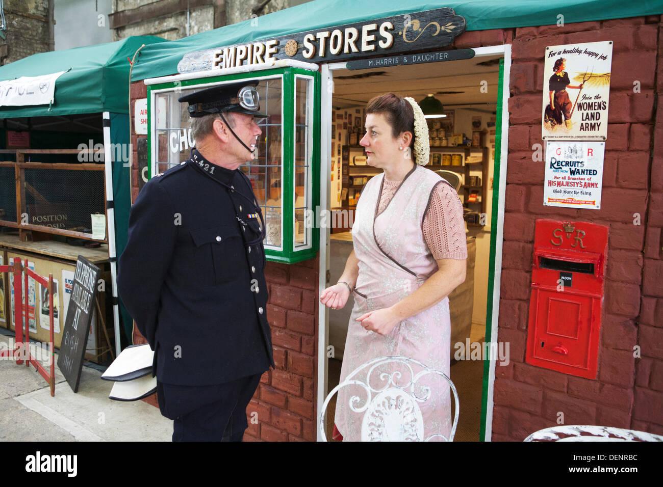 Chatham, UK. 21. September 2013. Gruß an die 40 - Großbritanniens 1940er Heimatfront Veranstaltung im Historic Dockyard Chatham. Polizist und Shop Besitzer in traditionellen 1940' Kleidung. Stockbild