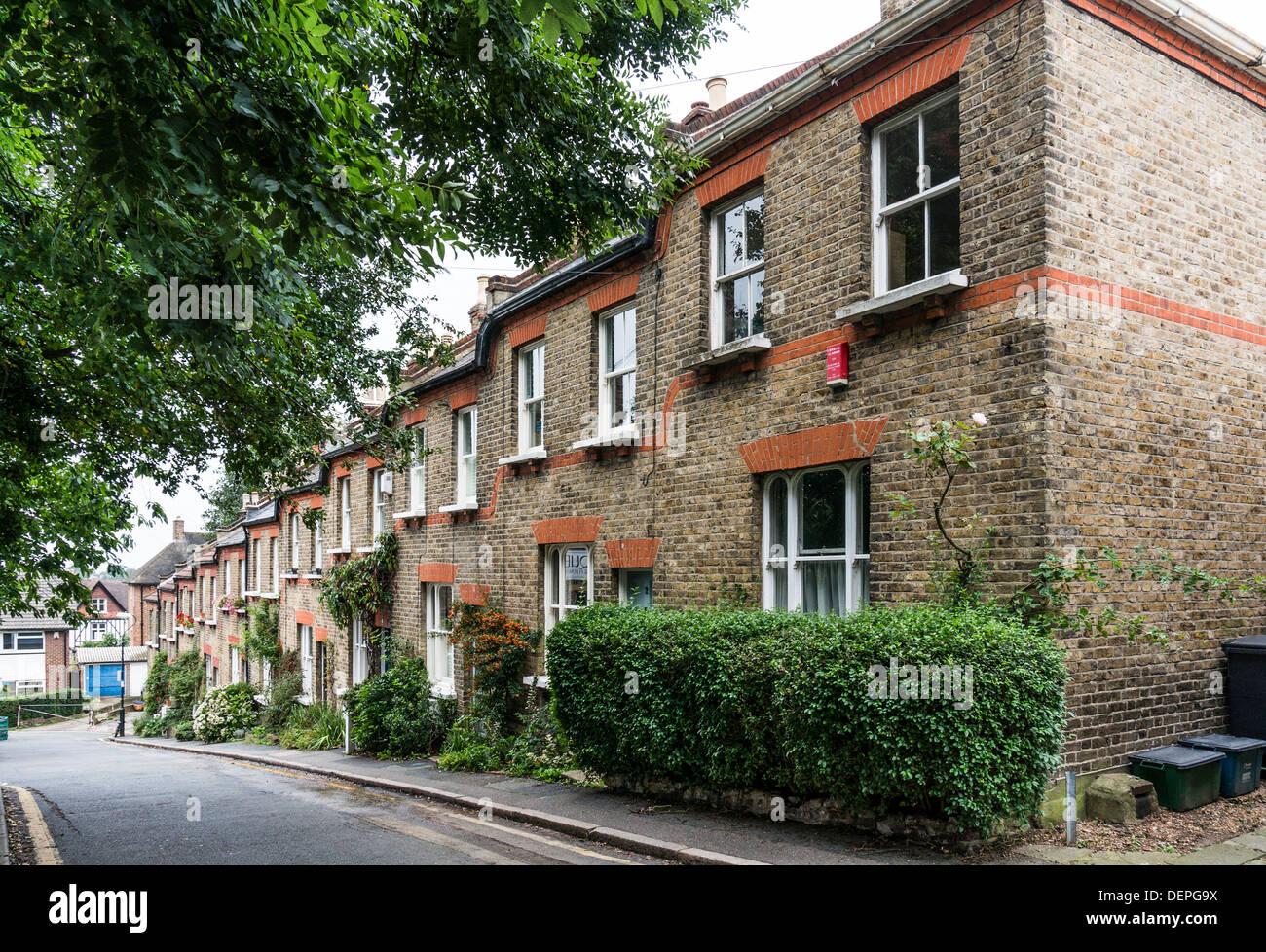 Eine schräge Seitenstraße der traditionellen viktorianischen, Backstein gebaut, zweistöckige Reihenhäuser, in Crystal Palace, London, England, UK. Stockbild