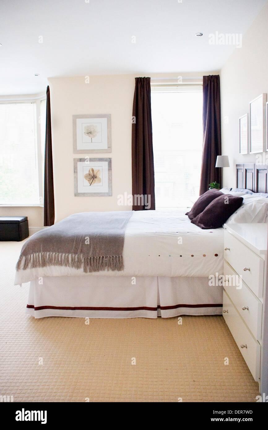 Ein Schlafzimmer eingerichtet in ruhigen Tönen von grau ...