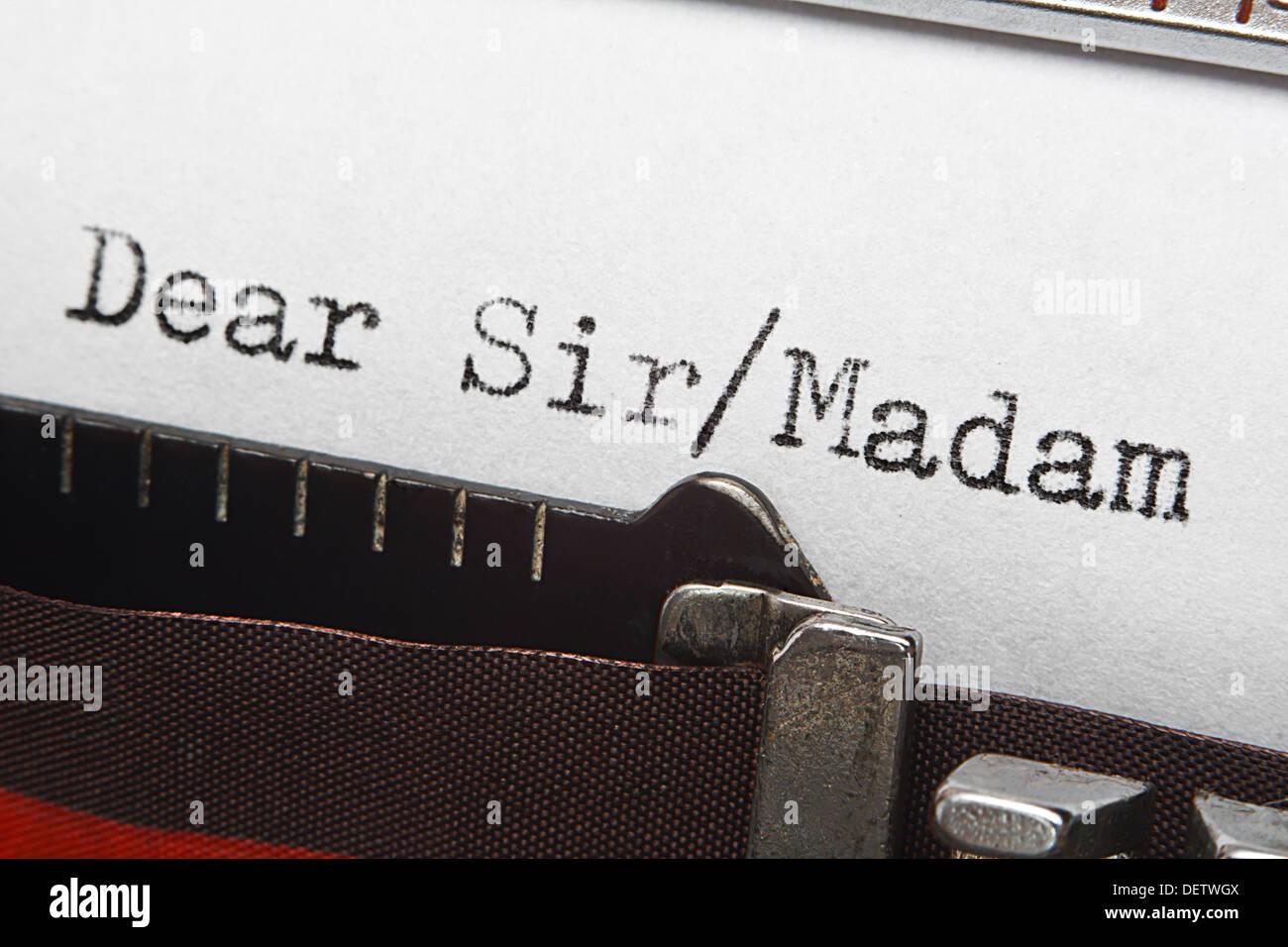 Alte retro Schreibmaschine Einreiseschreibens oder Begrüßung, sehr geehrter Herr/Frau. Tolles Konzept für formelle Briefeschreiben. Stockbild