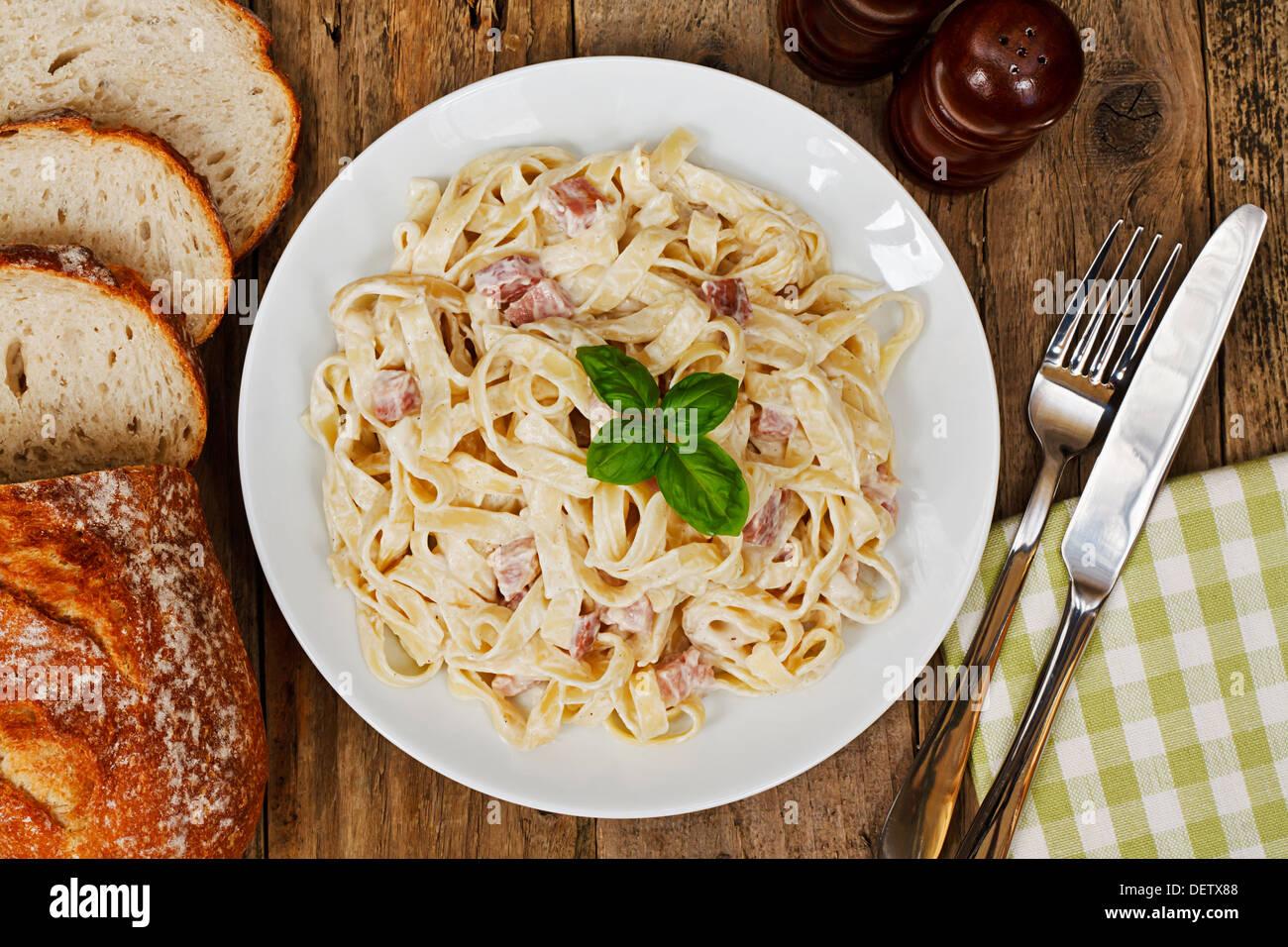 Draufsicht auf einen Teller Tagliatelle Carbonara, italienische Küche in einem traditionellen Restaurant Ambiente Stockbild