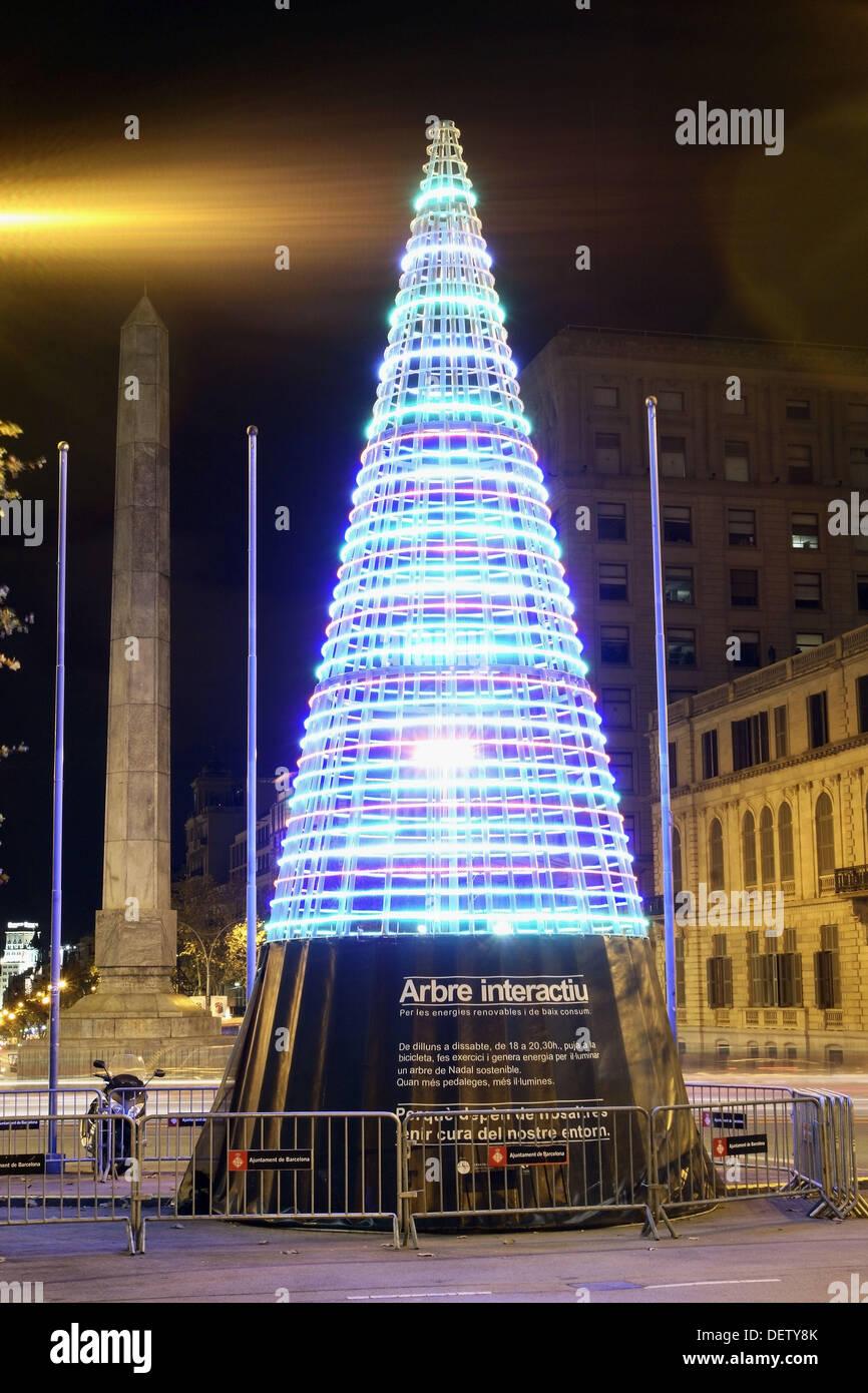 Niedriger Verbrauch Weihnachtsbaum in der Ecke zwischen Avinguda Diagonal und Passeig de Gracia, Barcelona, Katalonien, Spanien Stockbild