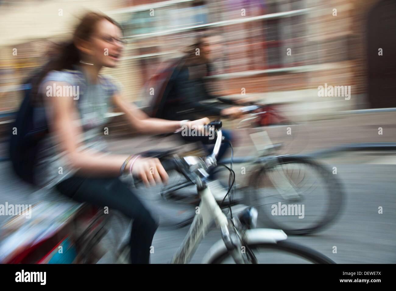 Menschen im Zyklus Brügge, Brügge, Flandern, Belgien, UNESCO-Weltkulturerbe. Stockfoto