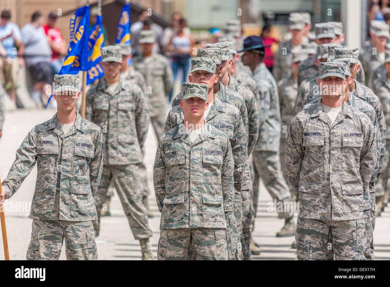 Flüge der Flieger bei der Parade ruhen während der United States Air Force Grundausbildung Abschlussfeiern In San Antonio, Texas Stockbild