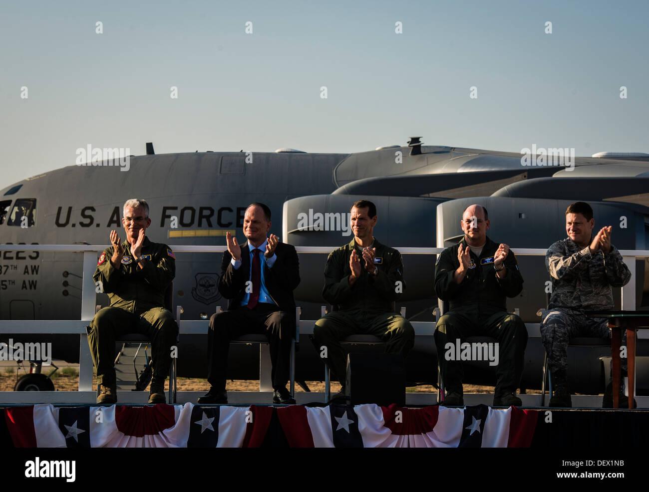 Die Staats-und Regierungschefs der US Air Force und angesehenen Gast begrüßen während einer Zeremonie von Boeing Stockfoto