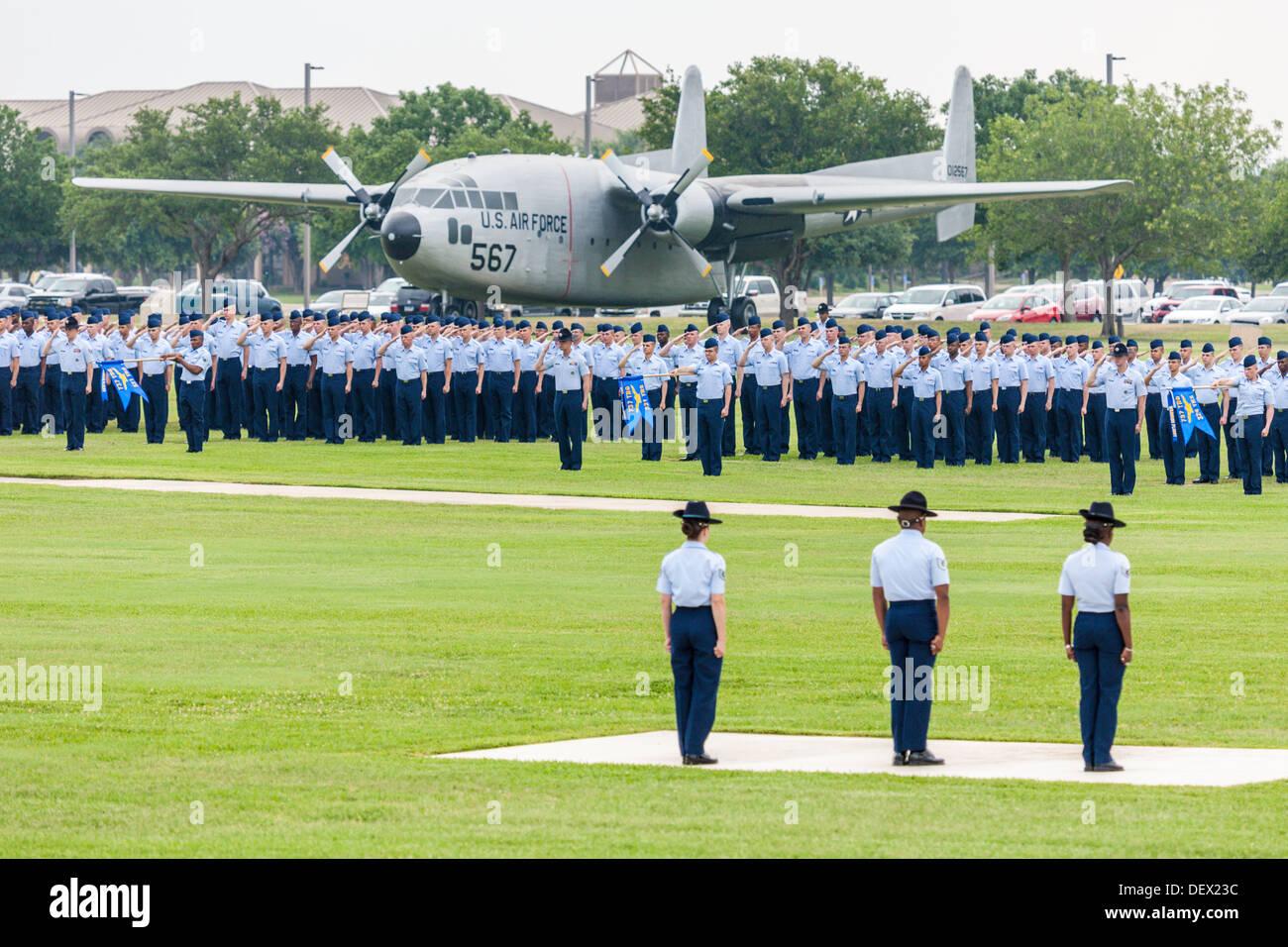 Flüge der Flieger in Bildung während der United States Air Force Grundausbildung Abschlussfeiern In San Antonio, Texas Stockbild
