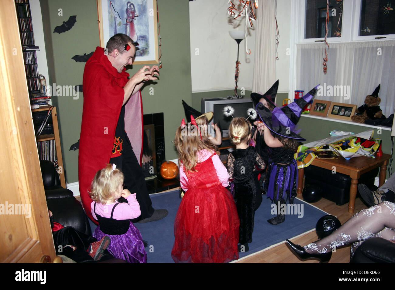 Gruppe von 2 bis 4 jährige Kinder in Halloween-Kostüm auf einer ...