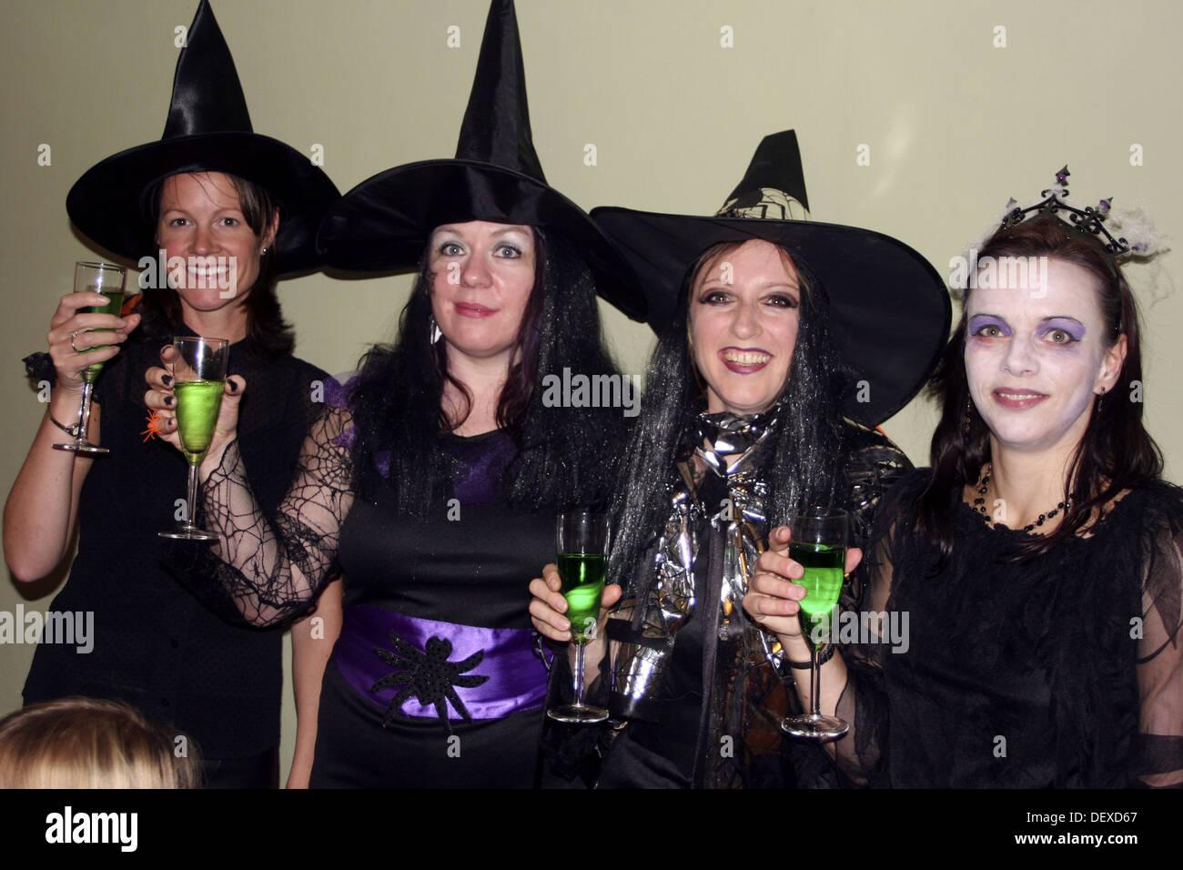 Gruppe Von 30 Jahre Alten Frauen Gekleidet In Halloween Kostum