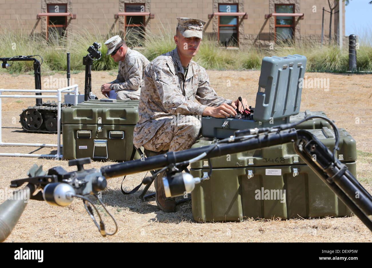 Ein Kampfingenieur von Alpha Company, 7th Engineer Support Battalion, 1st Marine Logistics Group, prüft einen Stockbild