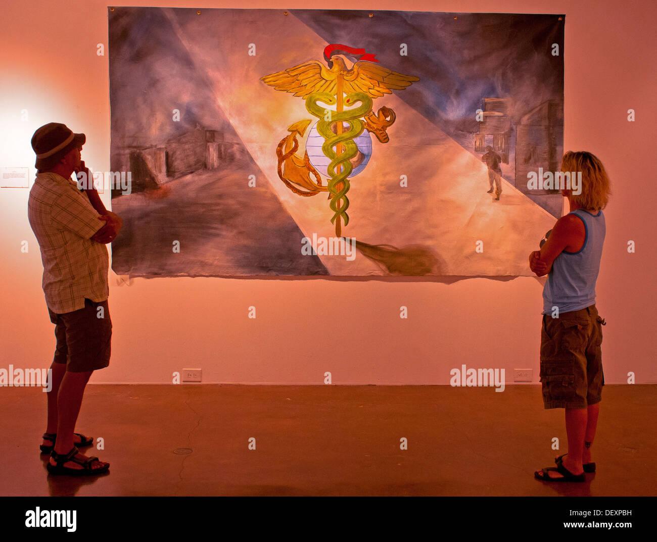 SAN DIEGO, Kalifornien - San Diego Künstler Danny Griego und Edee Armand stoppen, um eines der Gemälde in der Ausstellung der Kampfkünste in der Southwestern University Art Gallery, 14. September 2013 vorgestellt zu schätzen wissen. Kampf Kunst San Diego ist eine Non-Profit-Organisation Stockbild
