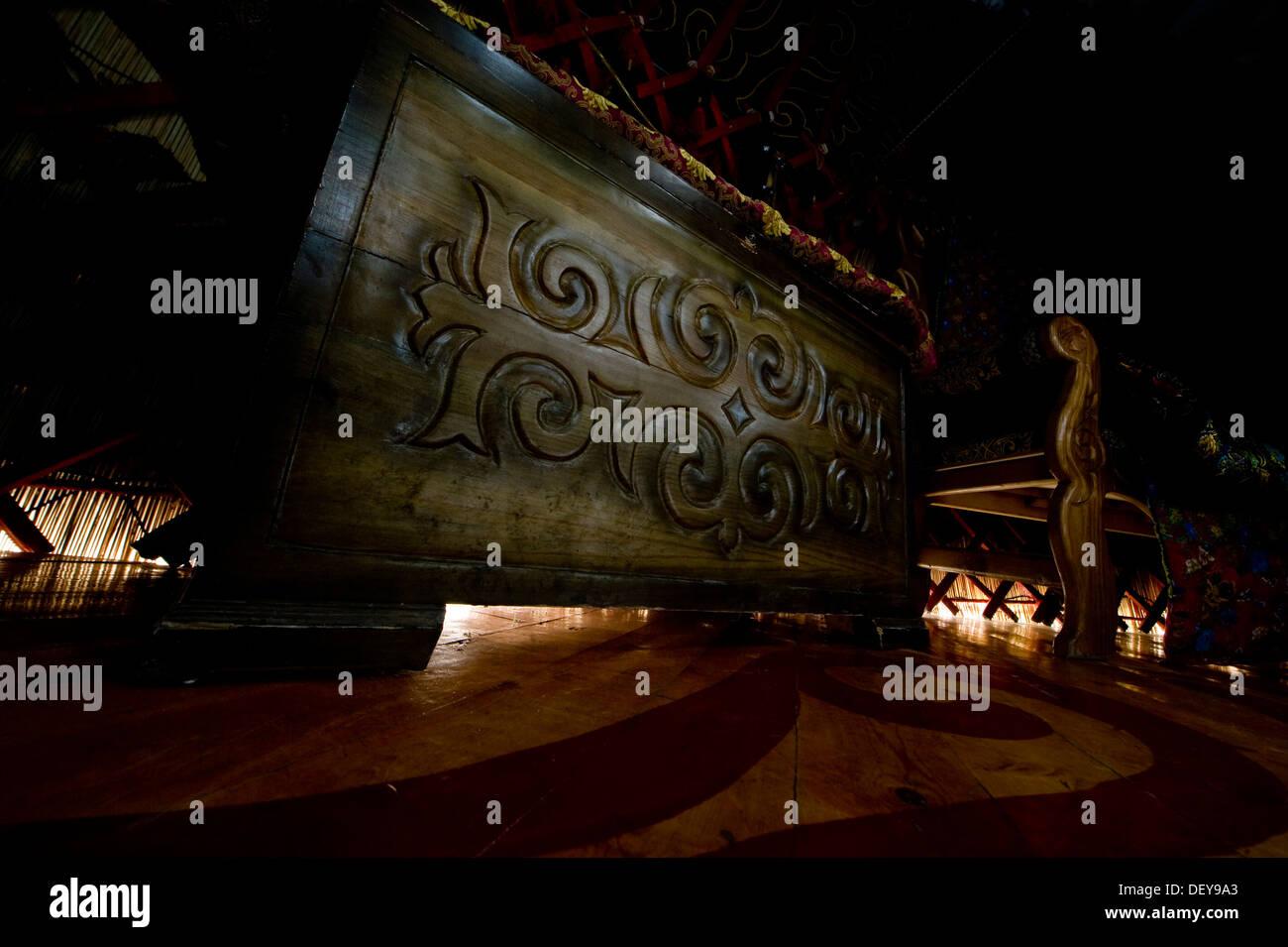 Ein kunstvoll geschnitzten Kofferraum untergebracht in einer Jurte im Transit Center am Manas, Kirgisistan, 23. September 2013. Der Transit Center Jurte spiegelt die Traditionen der kirgisischen Kultur, wo die Stämme in Jurten, symbolisieren den Reichtum einer Familie platziert werden. Stockbild