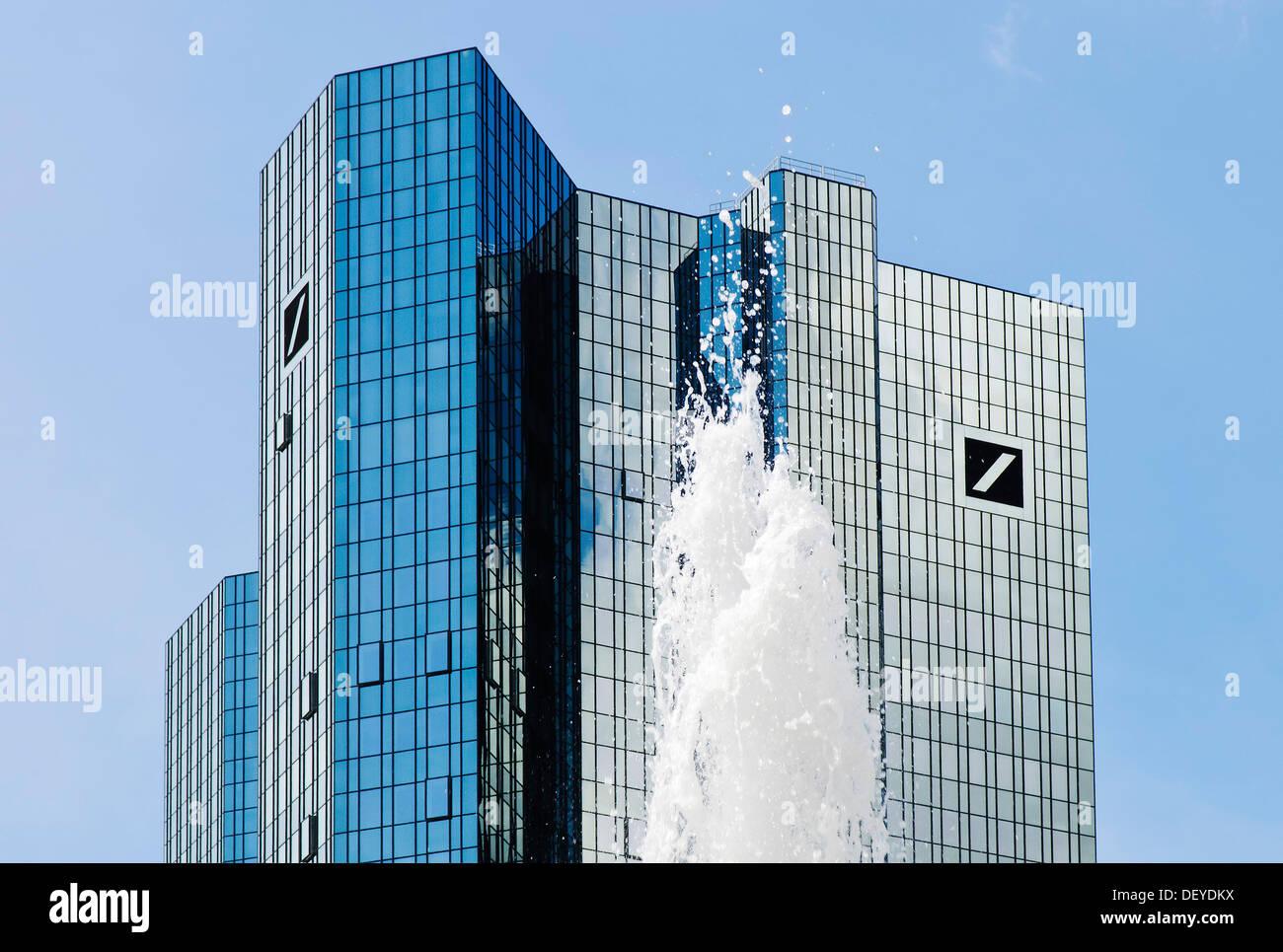 Symbolisches Bild für sprudelnde Gewinne, Brunnen vor der Zentrale der Deutschen Bank, Deutsche Bank Tower Stockbild