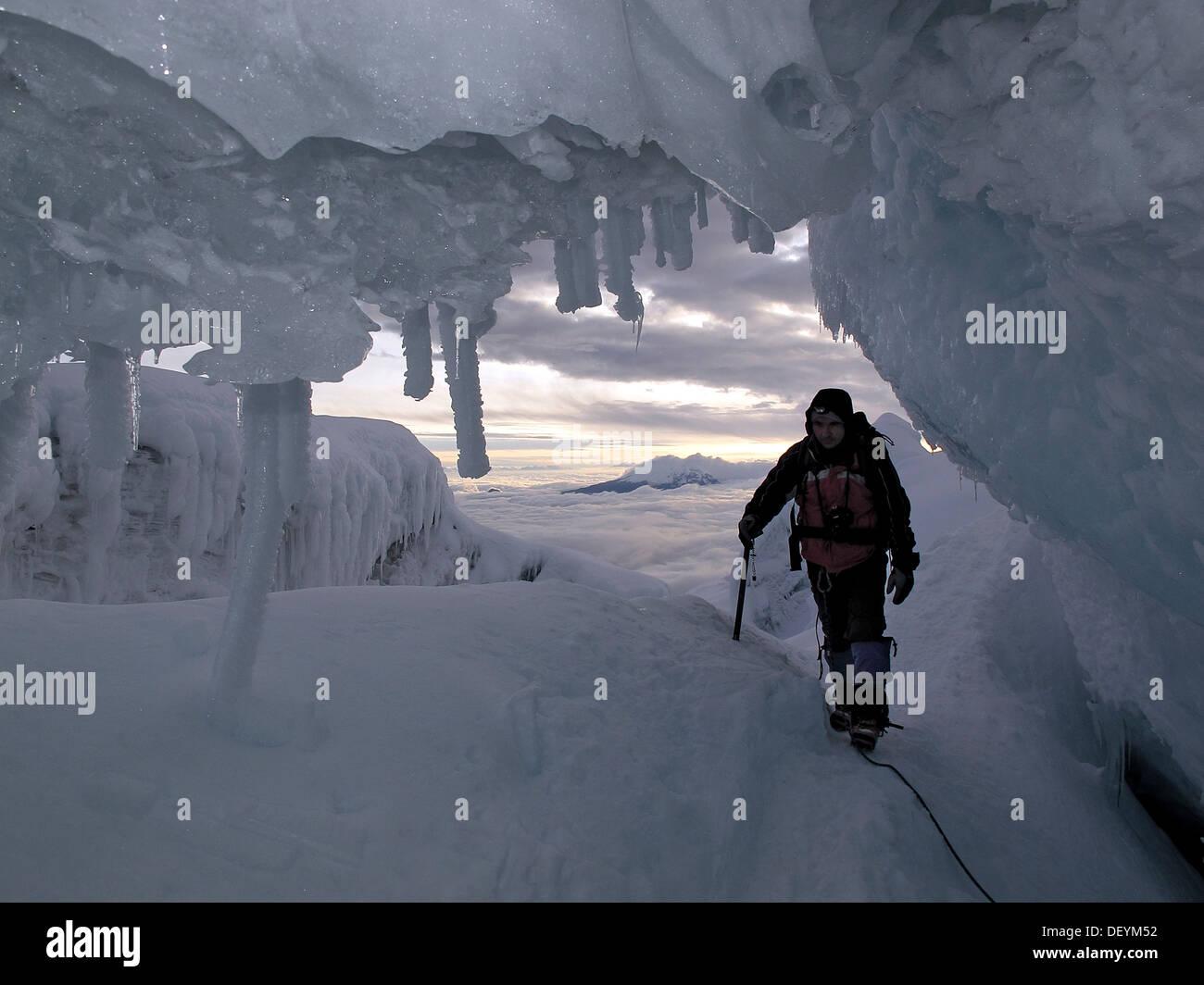 Bergsteiger durch einen Spalt in der Vulkan Cotopaxi Stockbild