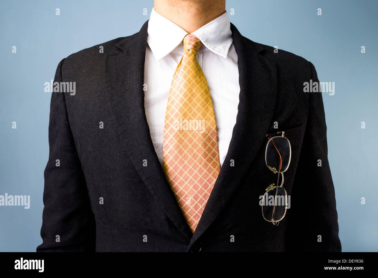 Business-Mann mit seiner Brille in seiner Brusttasche hautnah Stockbild