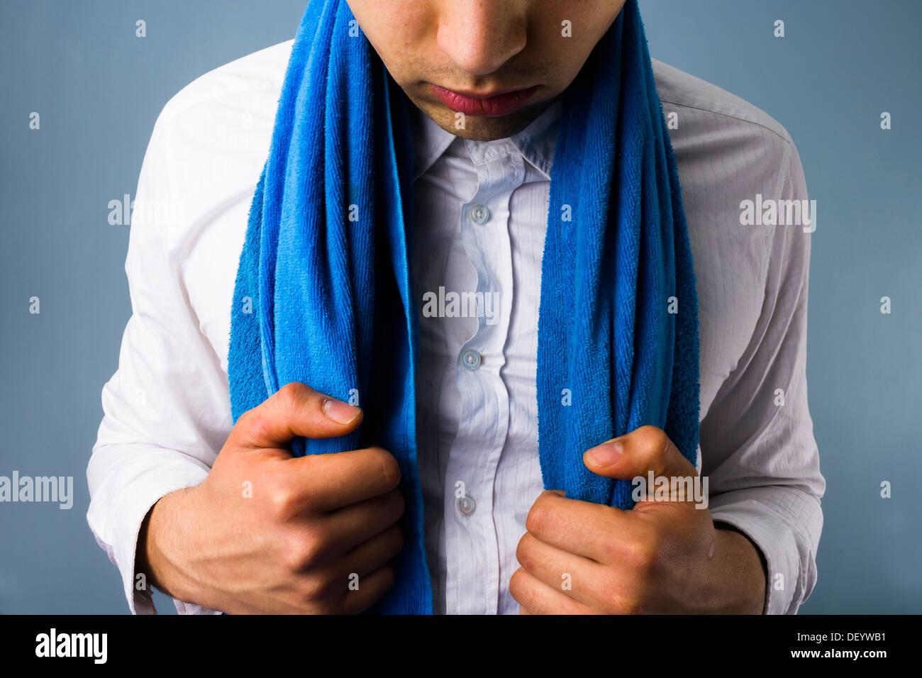 Weißem Kragen Boxer mit einem Handtuch um den Hals Stockbild