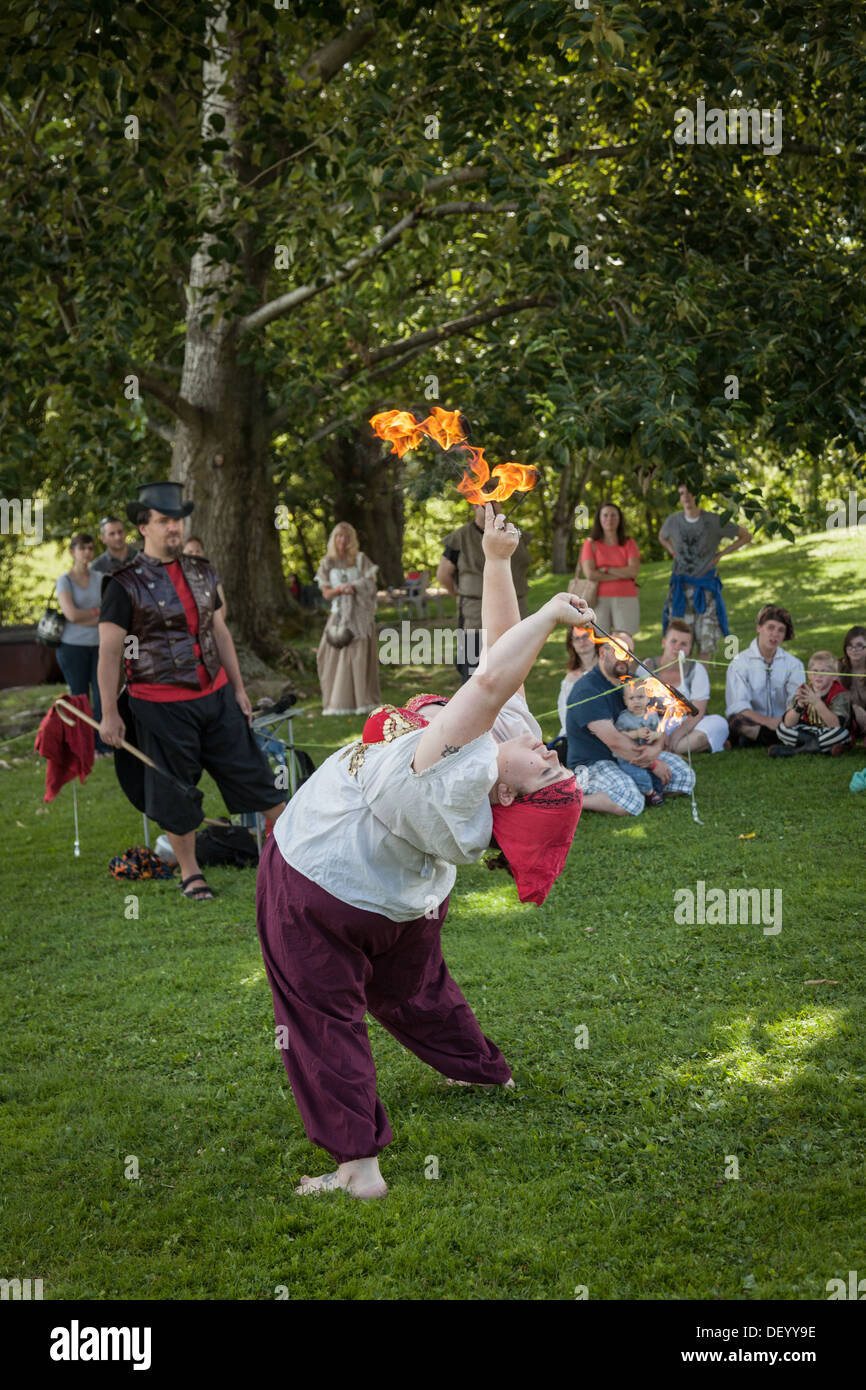 Feuerspeienden Unterhaltung am Mittelalterfest, Bundesstaat New York, Montgomery County Stockbild